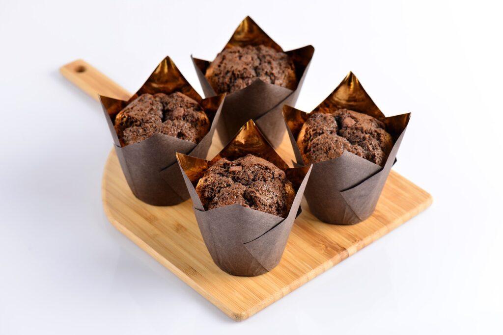 Assortiment de muffins au chocolat sur une planche à découper.