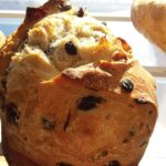 Image d'une miche de pain artisanal aux olives.