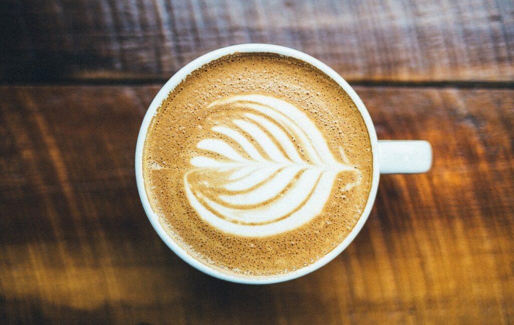 Tasse de latté avec mousse stylisée.