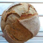 image d'une miche de pain blanc maison.