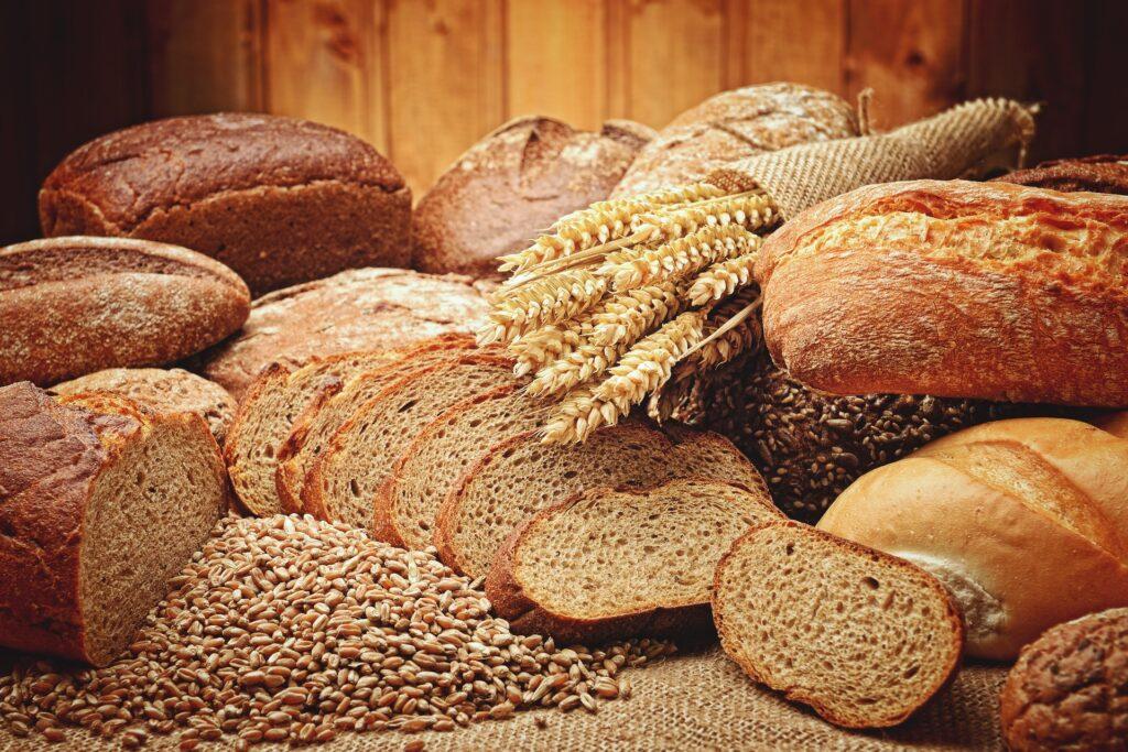Image d'un assortiment de différentes sortes de pain appétissants.